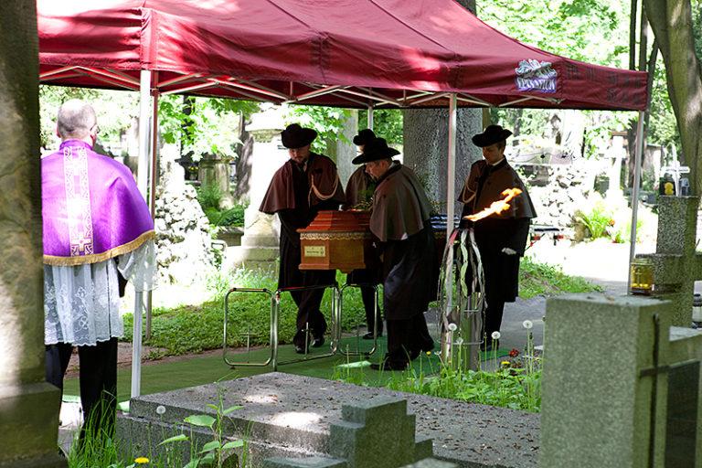 Jak wybrać odpowiedni zakład pogrzebowy?