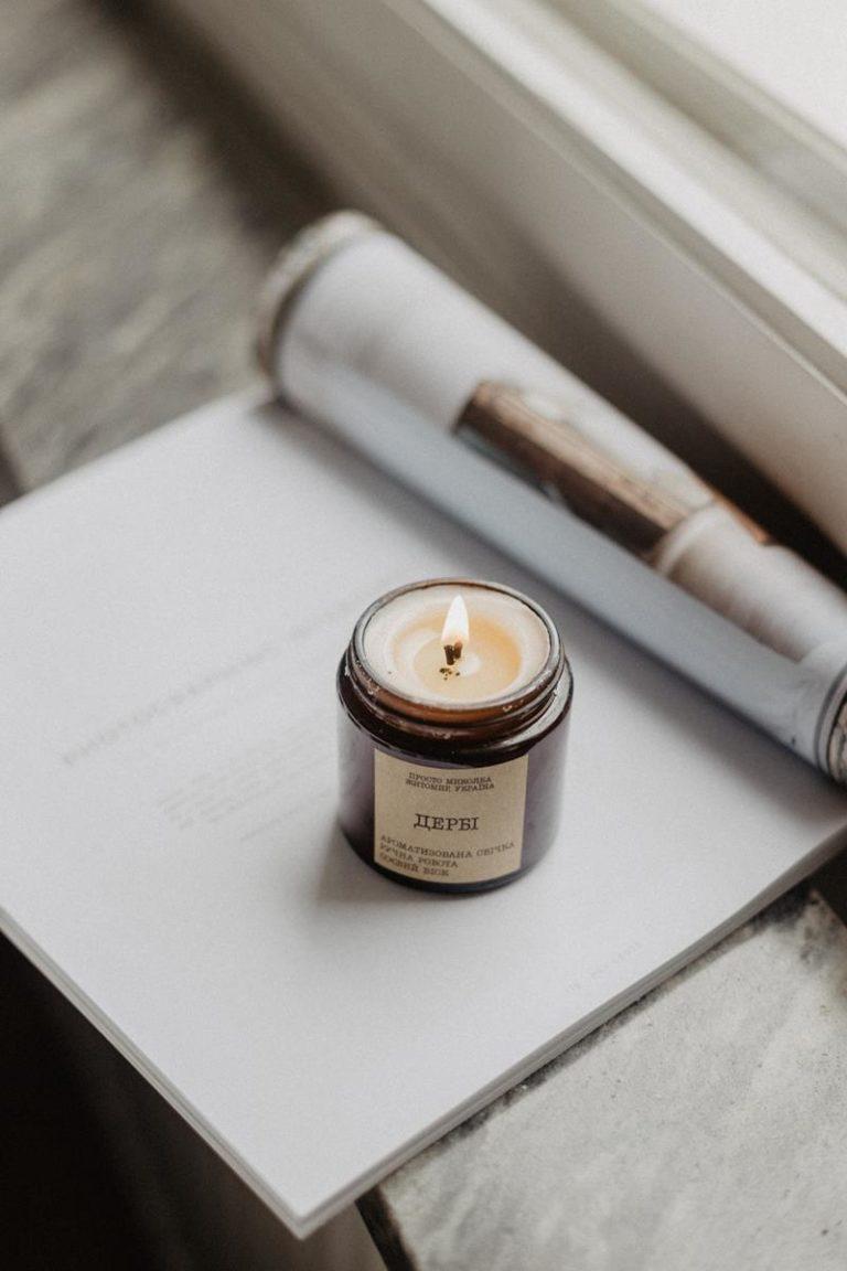 Jaką rolę odgrywa wosk w świecy zapachowej?